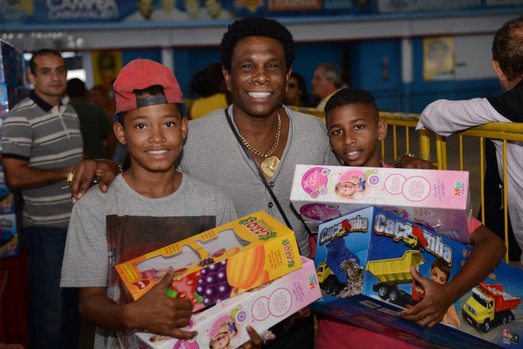Beija-Flor distribui 7 mil brinquedos