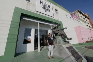 Nilcemar Nogueira na frente do Museu do Samba antigo Centro Cultural Cartola