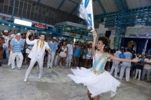 Phelipe Lemos e Dandara bailam na quadra da Vila