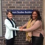 Jocelyn Dodd diretora do centro de pesquisas inglês  e Nilcemar Nogueira do Museu do Samba em Leicester