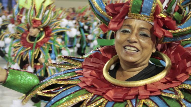 Santa Cruz acerta no enredo e samba cresce na avenida
