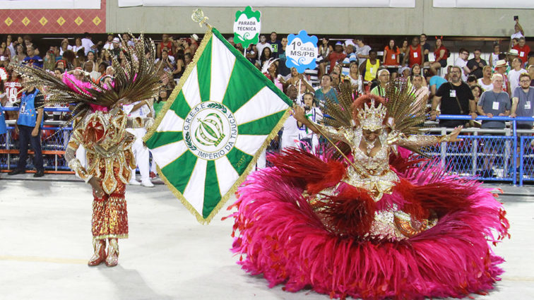 Império da Tijuca faz bom desfile, mas extrapola tempo