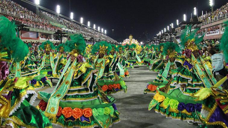 Império Serrano faz desfile com boa harmonia e canto eloquente
