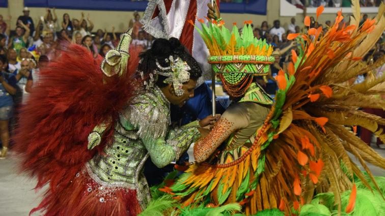 UPM faz desfile histórico, mas porta-bandeira sofre acidente