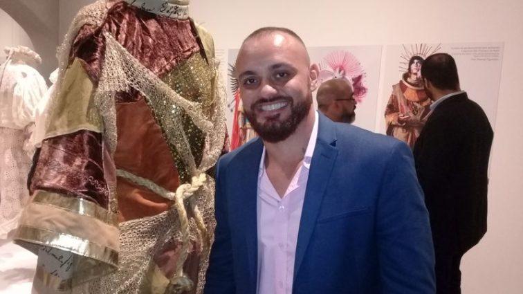 Críticas ao prefeito na inauguração da exposição de Leandro Vieira