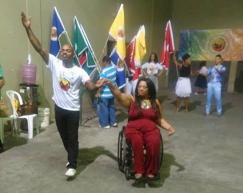 Porta-bandeira cadeirante é aluna da Escola de Mestre-Sala e Porta-Bandeira