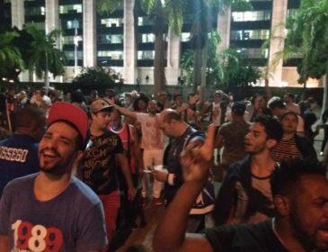Com roda de samba-enredo, sambistas protestam em frente à Prefeitura