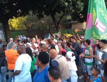 Sambistas protestam contra Crivella